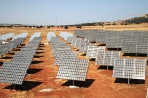 Instalación de planta fotovoltaica con módulos CPV y seguidores de doble eje tipo monoposte. Fuente: ISFOC.